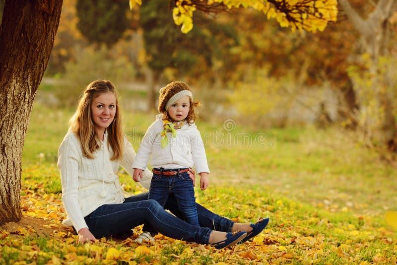 家庭在秋天公园 免版税库存照片