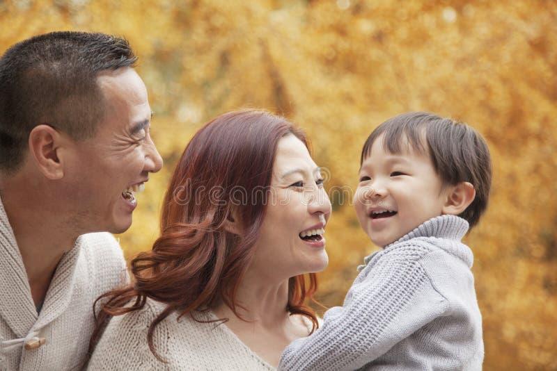 家庭在秋天的享用一个公园 免版税库存照片