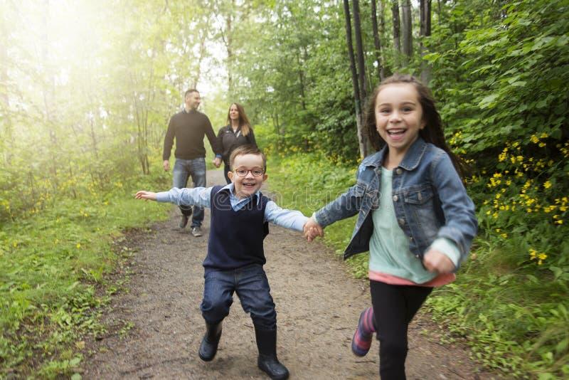 家庭在草甸的森林里 免版税库存照片