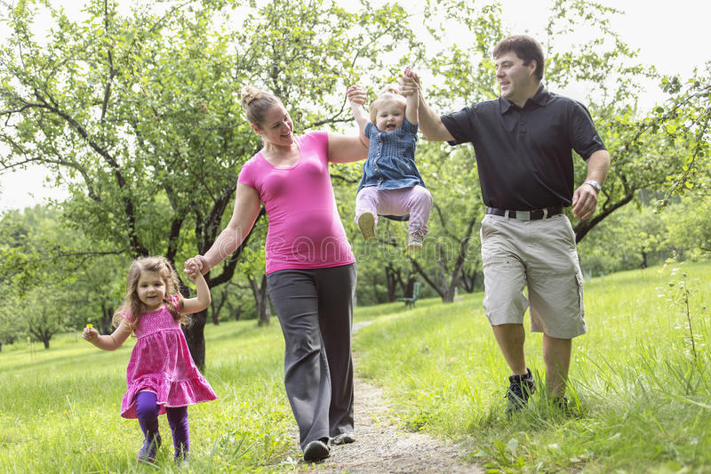 家庭在获得的森林里乐趣一起 免版税库存照片