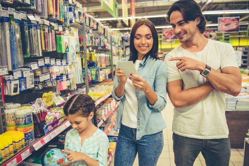 家庭在超级市场 库存图片