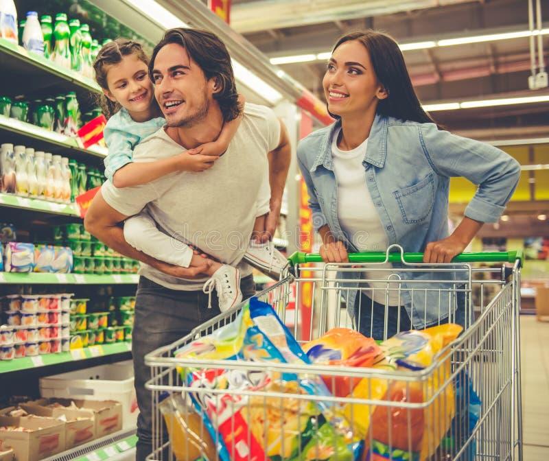 家庭在超级市场 免版税库存图片