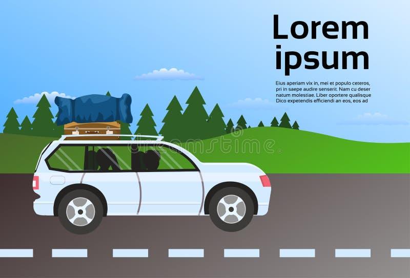 家庭在路路线的旅行车带着在屋顶,假期由汽车概念的推进旅行的行李手提箱 库存例证