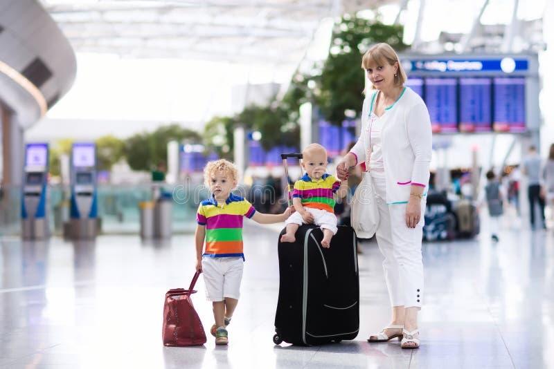 家庭在飞行前的机场 免版税库存照片