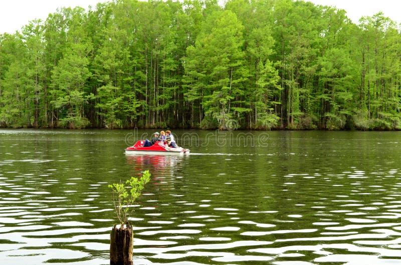 家庭在Greenfield湖的脚蹬划船 免版税图库摄影