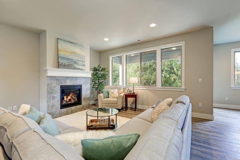 家庭娱乐室内部以灰色亚麻制部分为特色 免版税库存图片