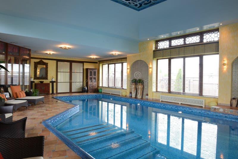 家庭室内游泳池 免版税库存照片