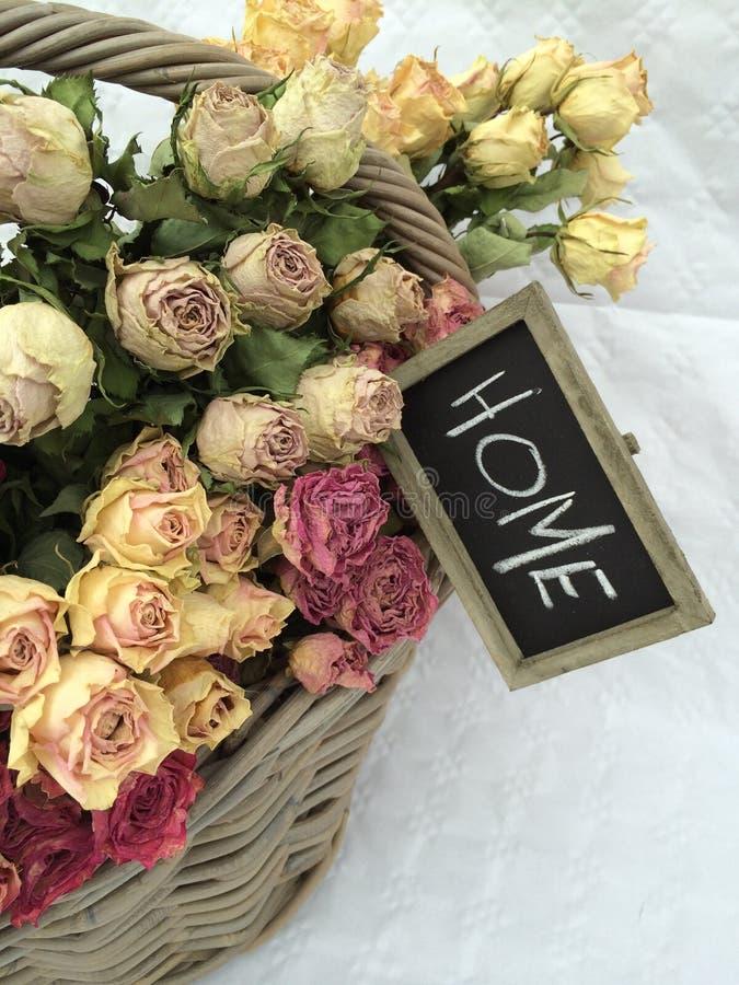 家庭室内装璜:干燥美丽的玫瑰花束  免版税库存照片