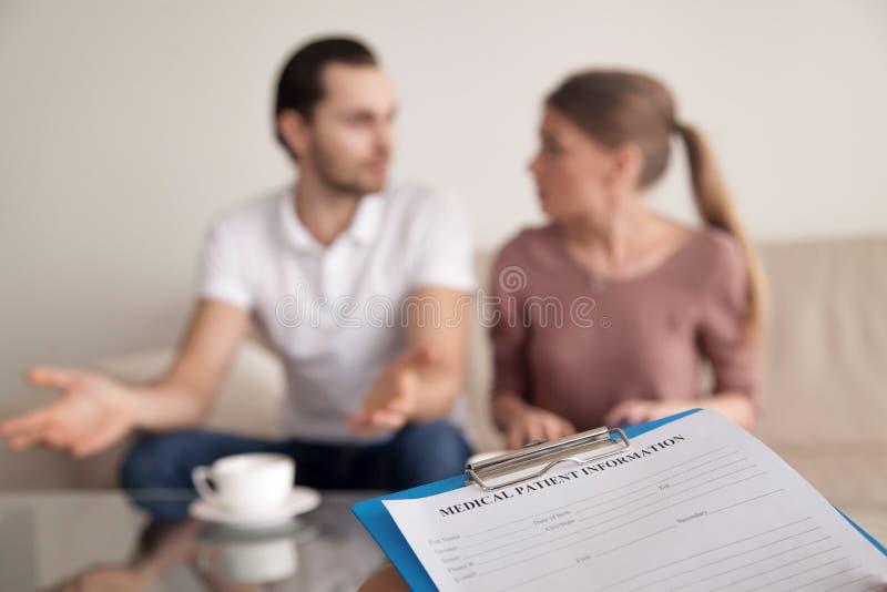 家庭已婚夫妇争论在心理学家,误会 库存图片