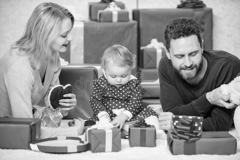 家庭庆祝他们的爱 在爱和女婴的浪漫夫妇 E 同时在情人节 免版税库存图片