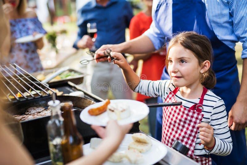 家庭庆祝或一个烤肉党外面在后院 库存照片