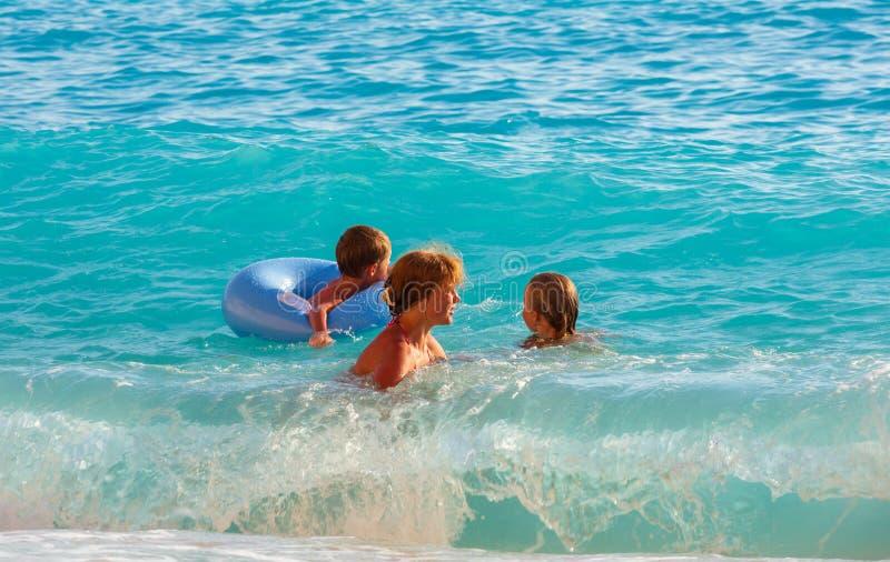 家庭度假在夏天爱奥尼亚海 库存照片
