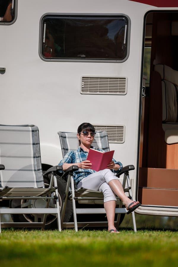 家庭度假旅行,在motorhome的假日旅行 免版税库存图片