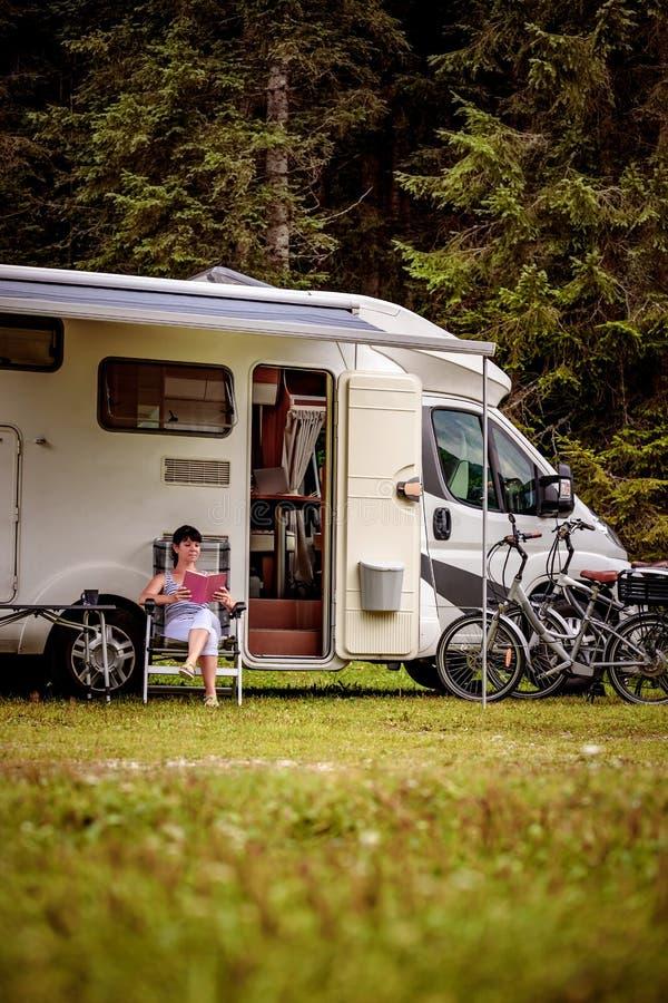 家庭度假旅行,在motorhome的假日旅行 免版税库存照片
