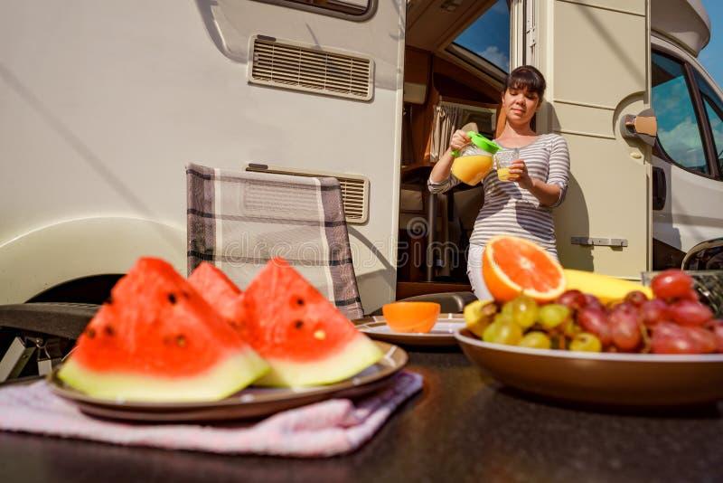 家庭度假旅行RV,在motorhome,有蓬卡车加州的假日旅行 库存照片
