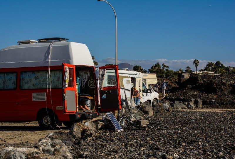 家庭度假旅行RV,在motorhome,有蓬卡车汽车假期的假日旅行 图库摄影