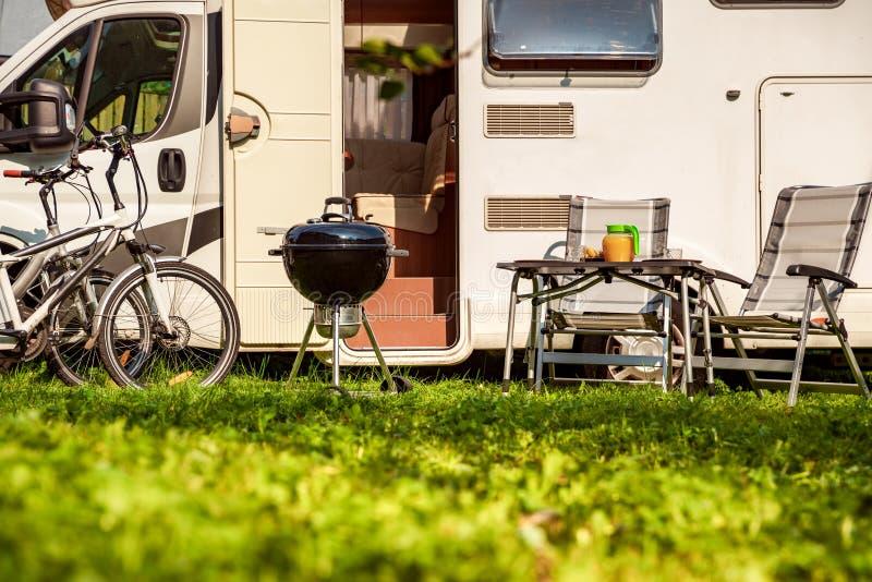 家庭度假旅行RV,在motorhome,有蓬卡车汽车假期的假日旅行 免版税库存图片