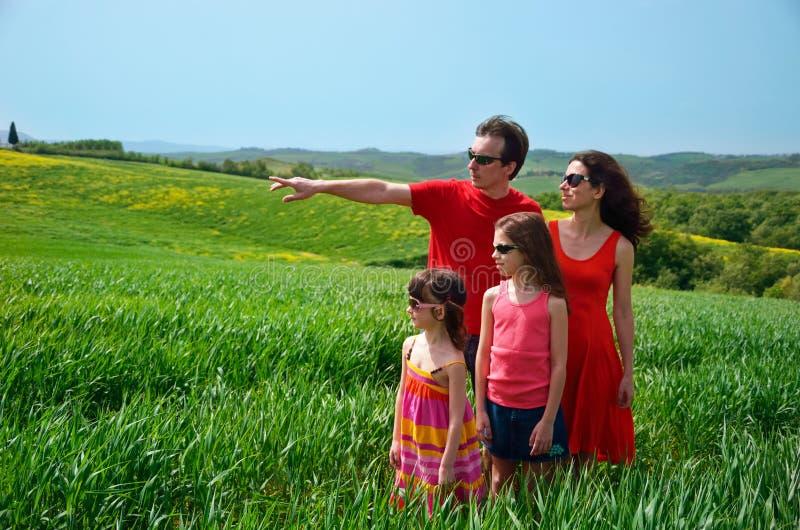 家庭度假,与孩子的父母获得乐趣户外,与孩子的旅行在托斯卡纳,意大利 免版税库存照片