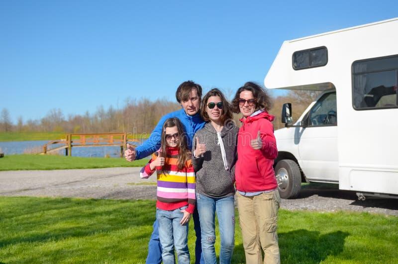家庭度假,与孩子,有孩子的父母的RV旅行获得在假日旅行的乐趣在motorhome,露营车外部 免版税库存图片