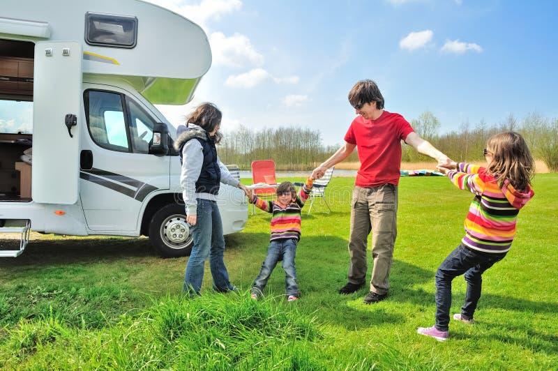 家庭度假, RV与孩子,有孩子的父母的露营车旅行在度假在motorhome绊倒 库存照片