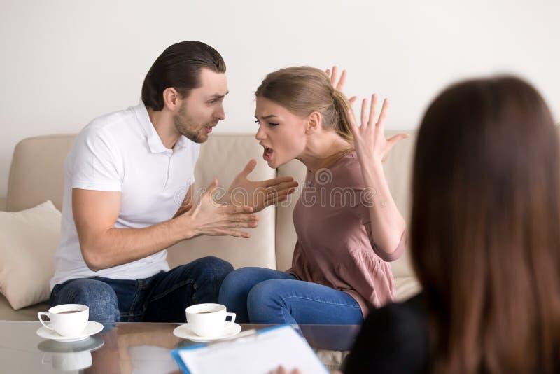 家庭心理学家建议 争吵的夫妇,呼喊和 库存图片