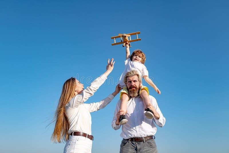 家庭快乐,孩子玩玩具飞机 人们梦想旅行 暑假和度假概念 库存照片