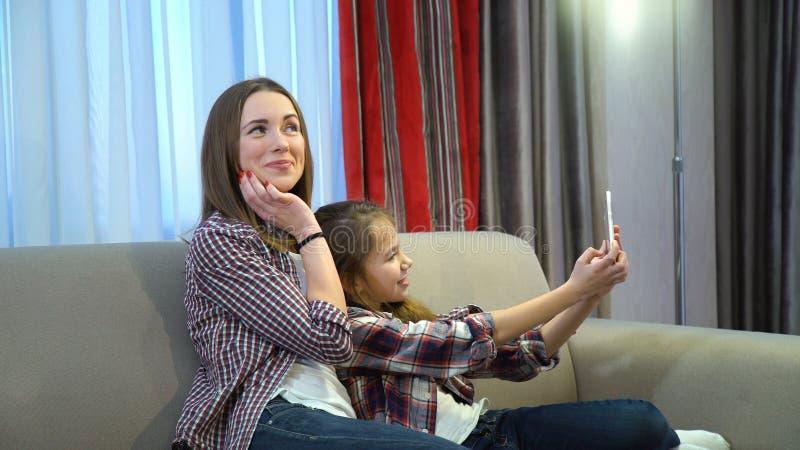 家庭愉快的片刻休闲selfie生活方式 免版税库存图片