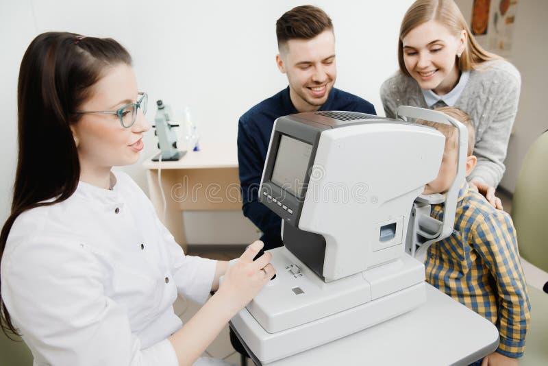 家庭招待会小儿科眼科医生检查眼力 库存照片