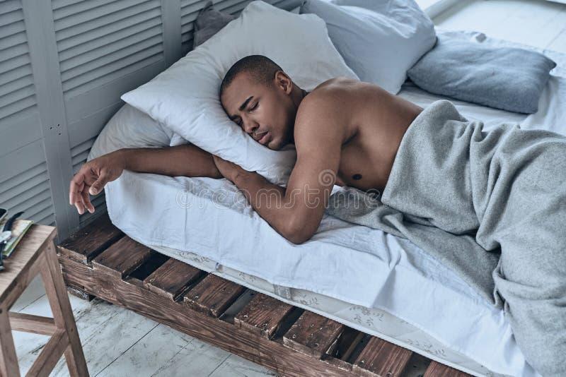 家庭放松 睡觉年轻非洲的人顶视图,当l时 免版税图库摄影