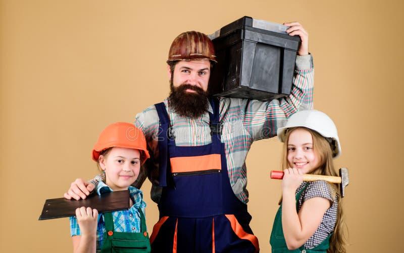 家庭整修 创造您真想要活的室 跟随父亲 父亲建造者孩子女孩 教女儿 不拘形式 免版税图库摄影