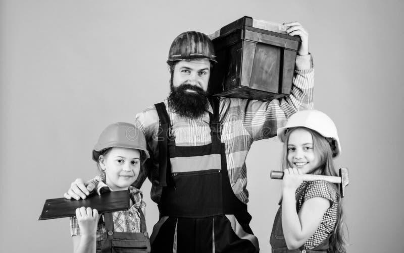 家庭整修 创造您真想要活的室 跟随父亲 父亲建造者孩子女孩 教女儿 不拘形式 免版税库存照片