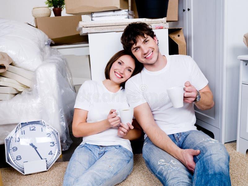 家庭新的人员放松 免版税图库摄影