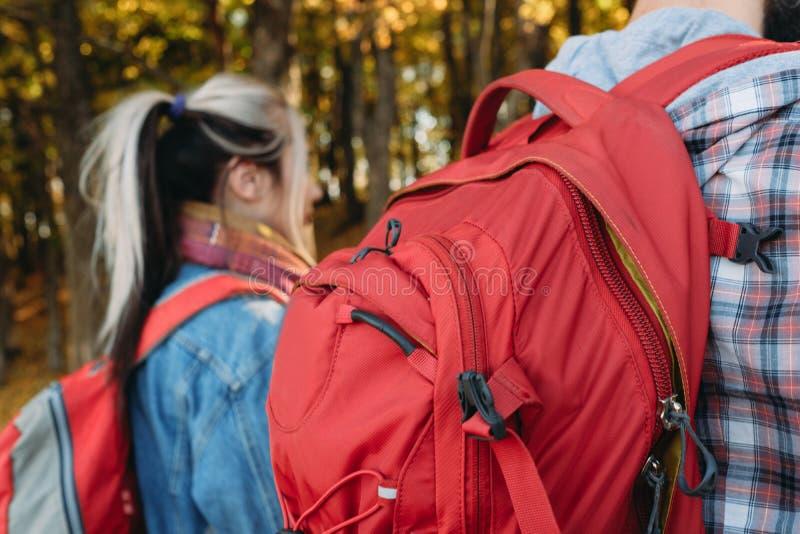 家庭旅游业夫妇背包秋天自然公园 库存图片