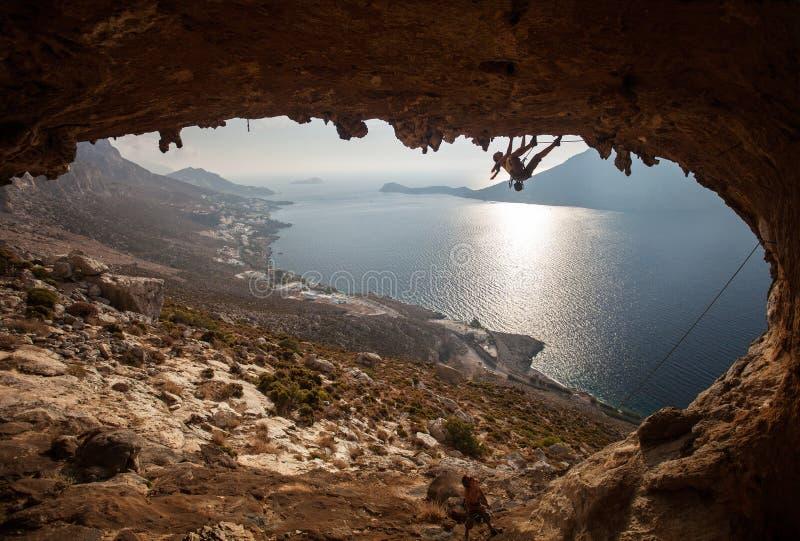 家庭日落的攀岩运动员。 免版税库存图片