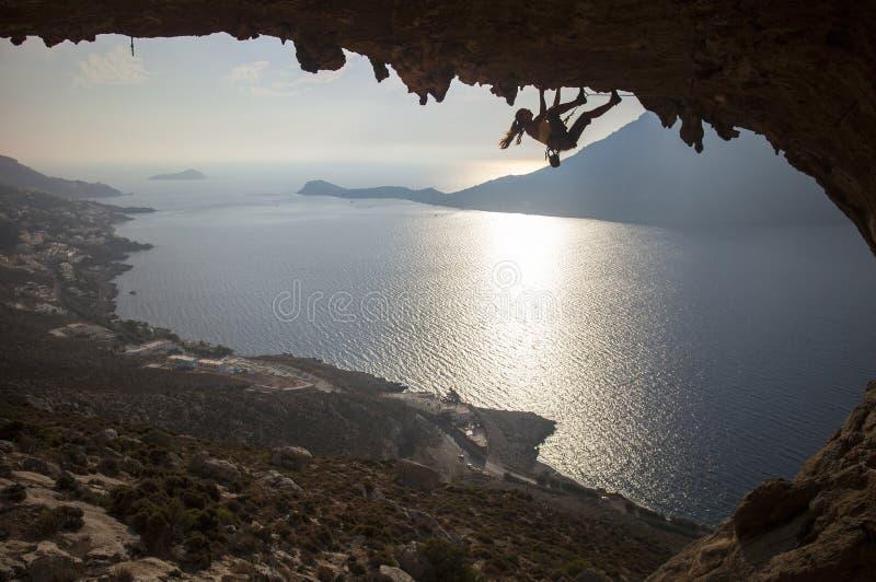 家庭日落的攀岩运动员 免版税图库摄影