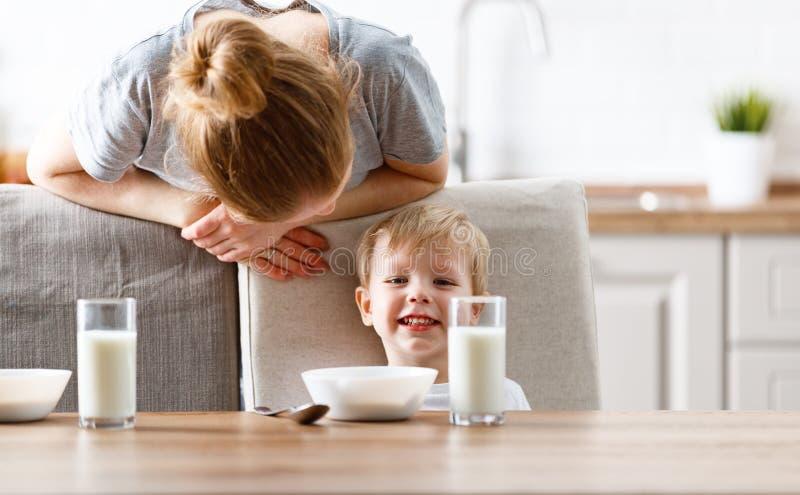 家庭早餐母亲哺养的儿童儿子 库存照片