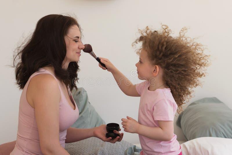 家庭时间 母亲和女儿 化妆用品 免版税图库摄影