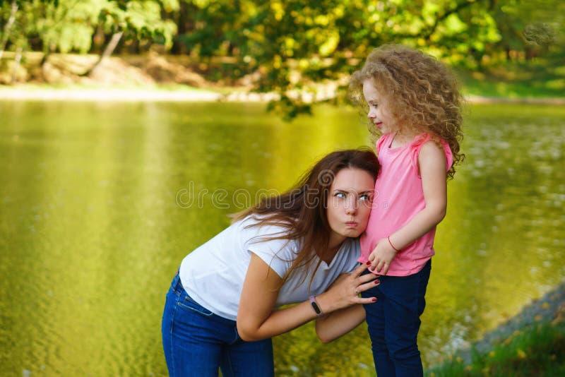 家庭时间 母亲和女儿 免版税库存照片