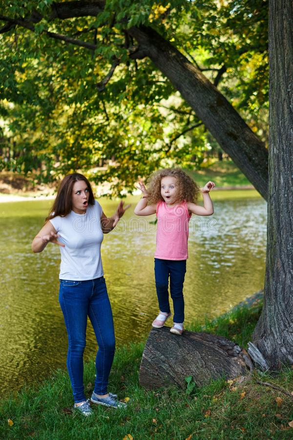 家庭时间 母亲和女儿 免版税图库摄影