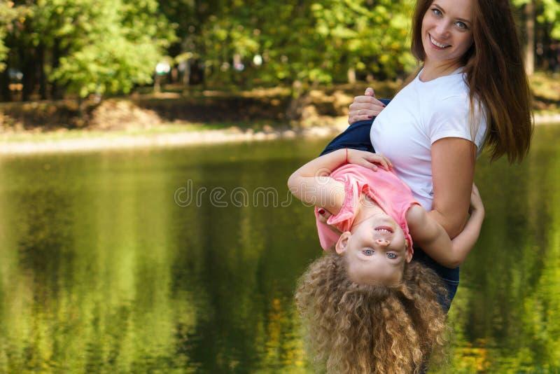 家庭时间 母亲和女儿 库存照片