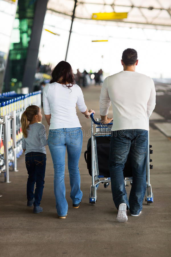 年轻家庭机场 免版税库存图片
