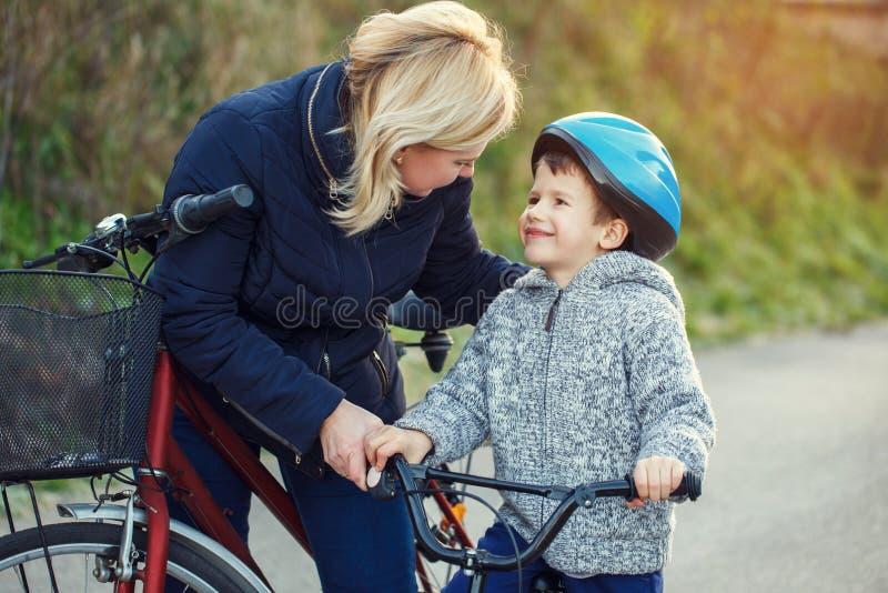 家庭母亲和儿子骑自行车 免版税图库摄影