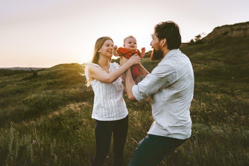 家庭母亲和父亲室外藏品的婴孩 图库摄影