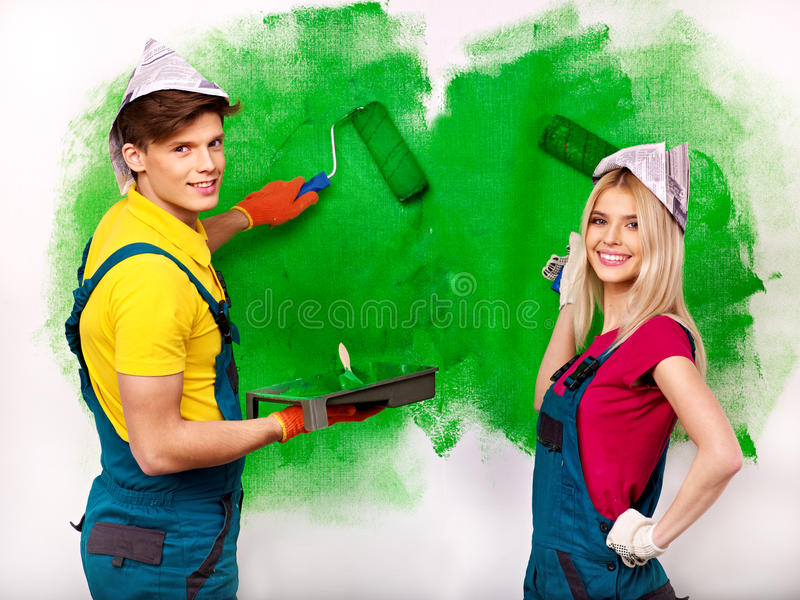 家庭油漆墙壁在家。 免版税图库摄影