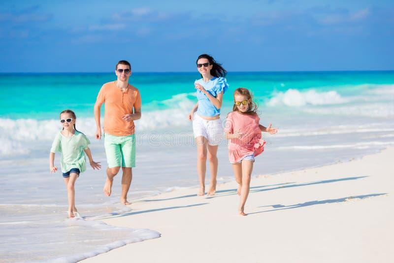 年轻家庭海滩假期 图库摄影