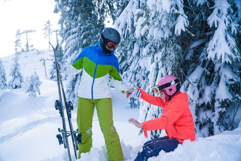 家庭滑雪假日在冬天 在山的母亲和女儿假日 库存图片
