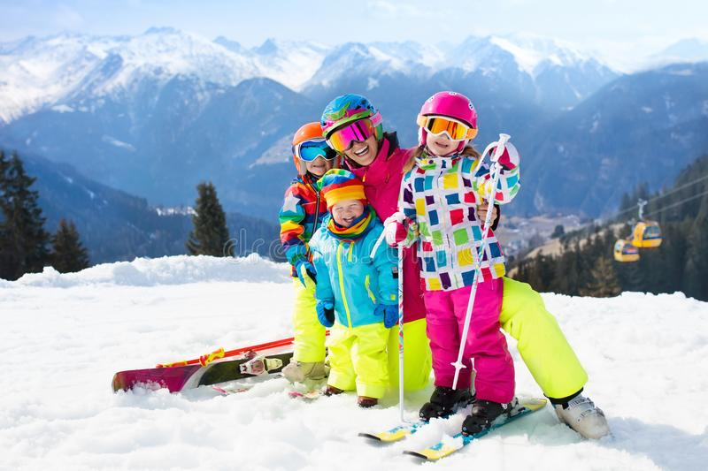家庭滑雪假期 冬天孩子的雪体育 免版税库存照片