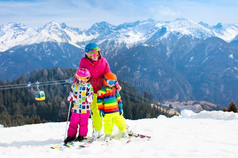 家庭滑雪假期 冬天孩子的雪体育 库存图片