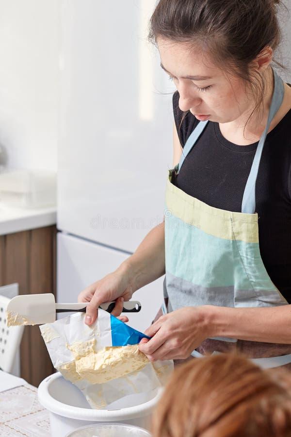 家庭点心师教烹调蛋糕 免版税库存照片