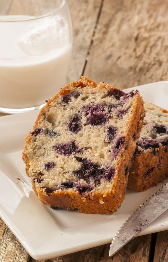 家庭焙制的柠檬蛋糕用蓝莓 免版税库存照片